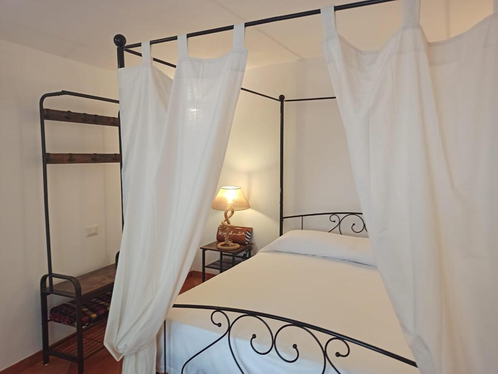 camera con letto matrimoniale a ponza